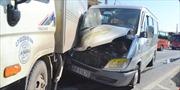 Xe khách đâm xe tải lật ngửa, hai người nguy kịch