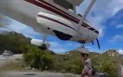 Suýt mất đầu khi cố chụp ảnh máy bay lao đến gần