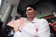 Người Hà Nội xếp hàng mua tiền lưu niệm