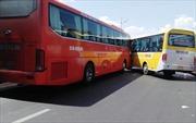 Xe Phương Trang và xe du lịch rượt đuổi nhau, hành khách hoảng loạn