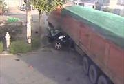 Xe tải nghiền nát ô tô, nạn nhân sống sót thần kỳ