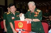 Cử tri quân đội nghiêm trang bỏ phiếu bầu cử