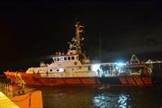 Đưa thuyền viên tàu QNa 90779 TS gặp nạn vào đất liền