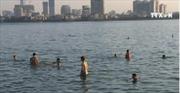 Người dân đổ xô ra Hồ Tây bơi giải nhiệt