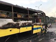 Cháy xe giường nằm, hành khách đập cửa thoát hiểm