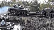 Xe tăng Ukraine lật nhào, binh sĩ suýt chết