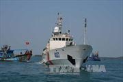 Tàu Cảnh sát Biển lai dắt tàu cá trôi dạt ngoài Cửa Việt