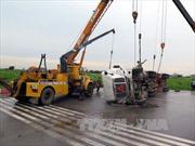 Đường trơn, xe container lật ngang tại Hải Dương