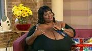 Người phụ nữ có bộ ngực gần ... 60 kg