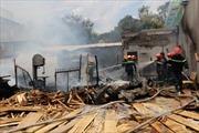 Dập tắt đám cháy xưởng gỗ ở đường Đê La Thành, Hà Nội
