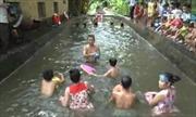 """Lớp dạy bơi """"dã chiến"""" cho trẻ em nông thôn"""