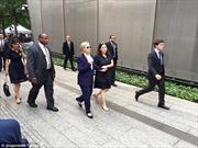 Người phụ nữ bí ẩn mặc đầm xanh theo sát bà Clinton là ai?