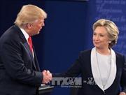 Bà Clinton duy trì khoảng cách an toàn với ông Trump