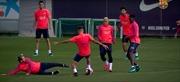 Messi, Neymar và Suarez bị các đồng đội dạy cho một bài học