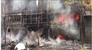 Một số người mắc kẹt trong đám cháy dữ dội ở Cầu Giấy