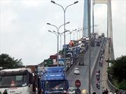Xe container tông dải phân cách cầu Phú Mỹ gây ùn tắc nghiêm trọng