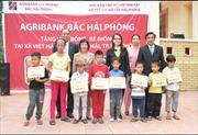 Agribank chi nhánh Bắc Hải Phòng trao quà cho trẻ mồ côi và hộ nghèo