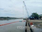 Chìm sà lan chở thép, dầu tràn trên sông Đồng Nai