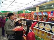 Hàng bình ổn giá về phiên chợ Tết, người dân nô nức đi mua sắm