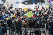 Thẩm phán Mỹ hạn chế một phần sắc lệnh siết chặt chính sách thị thực của ông Trump