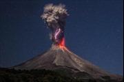 Núi lửa giận dữ phun nham thạch cao hơn 4 km