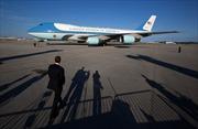 Không lực Một chở ông Trump bị 'máy bay lạ' áp sát
