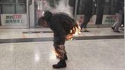 Tàu điện ngầm Hong Kong trúng bom xăng, hung thủ bị lửa đốt cháy