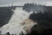 Bão tràn về, người dân California nháo nhào bỏ chạy vì lo đập Oroville vỡ