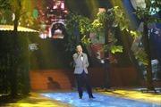 Ca sĩ Quang Minh hát 'Đường xưa lối cũ' tặng cho NSND Hồng Vân