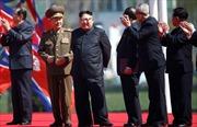 Bất chấp tàu sân bay Mỹ tới răn đe, ông Kim Jong-un vẫn cười rạng rỡ tham gia sự kiện