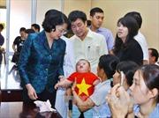 Phó Chủ tịch nước trao quà tặng trẻ em nghèo phẫu thuật nụ cười