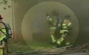 Kỳ diệu cảnh người lính cứu hỏa đỡ em bé thả rơi từ tòa nhà cháy dữ dội