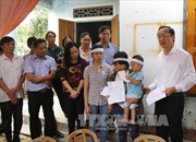 Thủ tướng tặng quà cho các cháu có mẹ hiến tạng