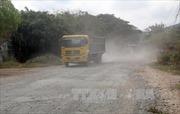 Người dân bức xúc vì xe tải trọng lớn gây hư hỏng đường