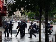 Tấn công trước Nhà thờ Đức bà Paris, cảnh sát Pháp phong tỏa, 2.000 du khách mắc kẹt