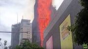 Ngọn lửa lớn 'nuốt chửng' tòa nhà chọc trời ở Trung Quốc