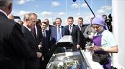 Tổng thống Nga Vladimir Putin rút tiền túi mua kem chiêu đãi nhân viên
