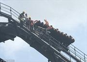 Hành khách xanh mặt khi tàu lượn bất ngờ 'khựng' lại ở độ cao 54m