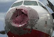 Mưa đá làm nát mũi máy bay, phá buồng lái, phi công tài năng cứu sống 121 hành khách