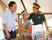 Phó Chủ tịch Quốc hội Đỗ Bá Tỵ thăm hỏi, tặng quà các gia đình bị thiệt hại do mưa lũ