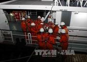 Đưa hai thuyền viên bị nạn trên biển vào đất liền điều trị