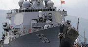 Tàu khu trục Mỹ va chạm với tàu chở hàng gần Singapore