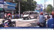 Xe ô tô 16 chỗ cháy rụi, 6 người thoát nạn