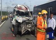 Tai nạn trên cao tốc TP Hồ Chí Minh – Long Thành – Dầu Giây, xe 16 chỗ 'nát đầu'