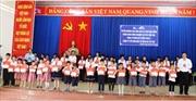 Agribank chi nhánh Bến Tre trao học bổng cho học sinh giỏi