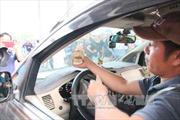 Lái xe lại dùng tiền lẻ mua vé qua trạm thu phí Biên Hòa – Đồng Nai