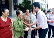 NHCSXH thăm hỏi, tặng quà người dân tỉnh Quảng Bình bị ảnh hưởng bão số 10