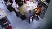 Trượt chân ngã, nhân viên phục vụ làm đổ cả nồi lẩu nóng vào bé trai