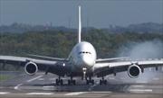 Máy bay 'đánh võng' trên đường băng do gió mạnh