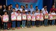 Trao quà cho học sinh và đồng bào bị thiên tai xã Hua Trai